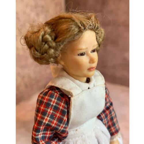 Puppen und Perücken