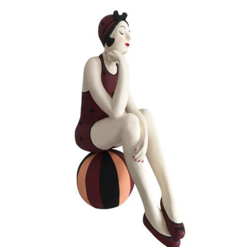 Ludibrium-Badenixe auf einem Ball sitzend gross - trägt einen bordeauxroten Badeanzug