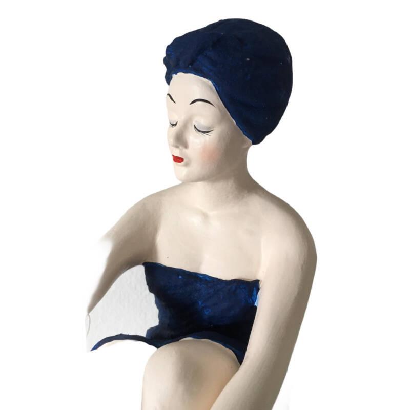 Badenixe gross, sitzend, Vintage Badeschönheit dunkelblau