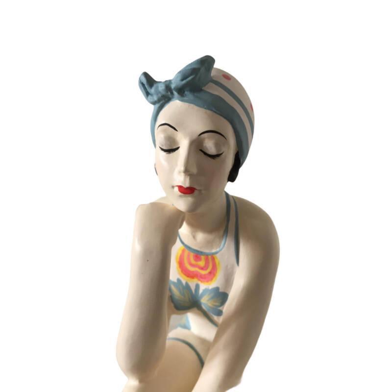 Badenixe auf einem Ball sitzend, gross - trägt einen blumengemusterten Badeanzug