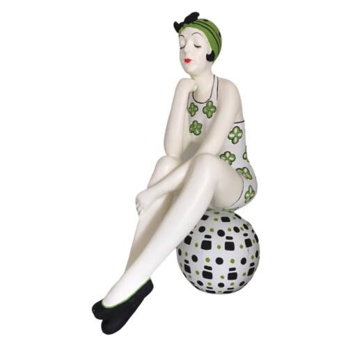 Badenixe auf einem Ball sitzend, gross - trägt einen weiss-grünen Badeanzug